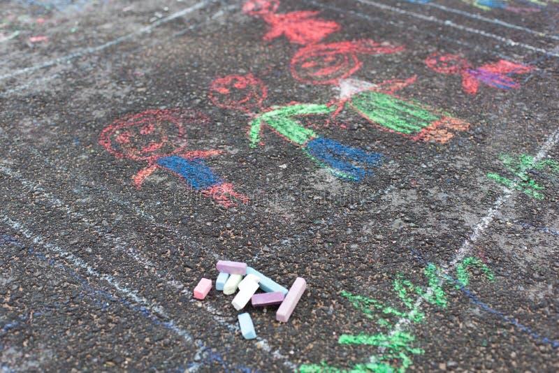 Färgrika chalks på asfalt royaltyfri foto