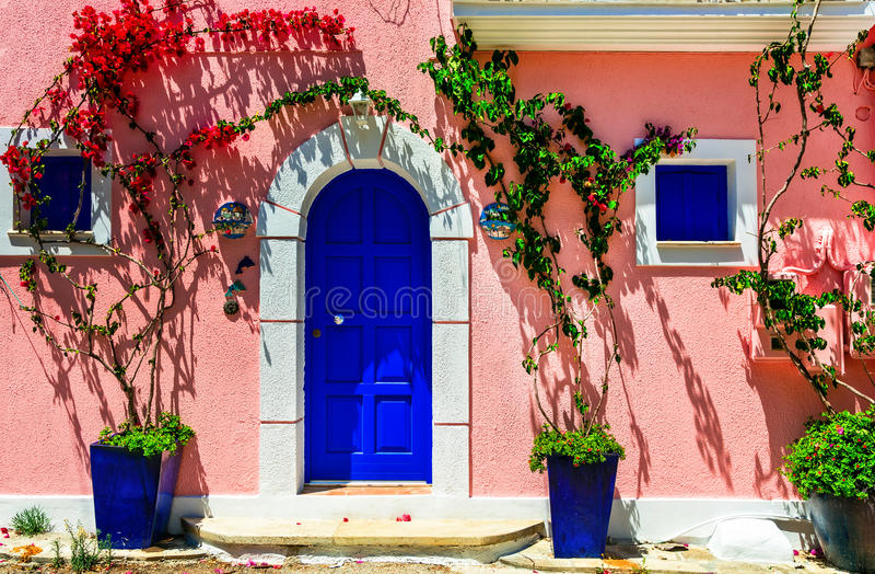 Färgrika charmiga gator av gamla städer av Grekland Assos i Kefal royaltyfria foton