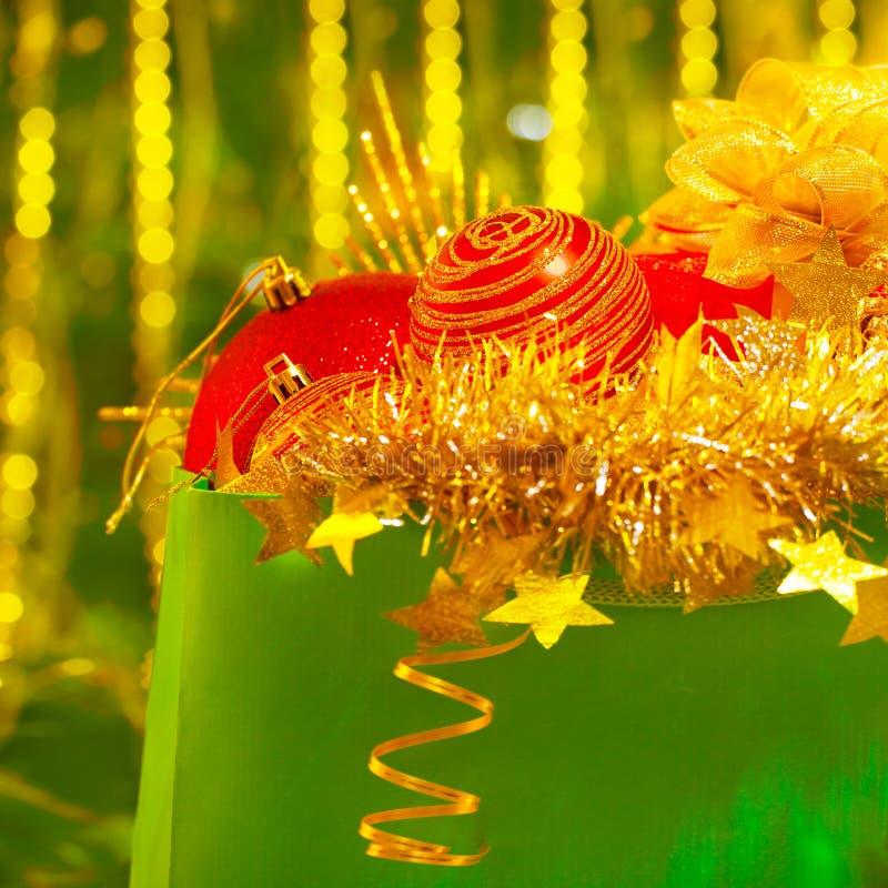 Färgrika Christmastime garneringar royaltyfri fotografi