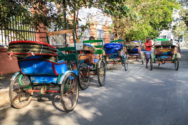 Färgrika cirkuleringsrickshaws av Pondicherry, Puducherry, Indien royaltyfri bild