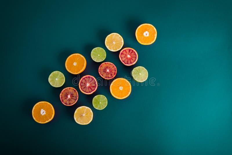 Färgrika citrusfrukter, apelsiner, blodapelsin, limefrukt och citron royaltyfria bilder