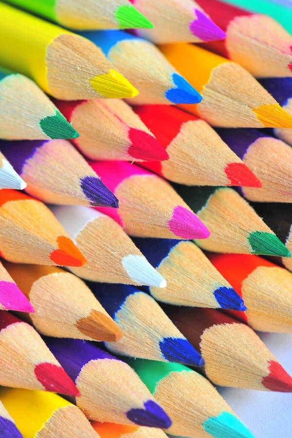 färgrika crayonsmakroblyertspennor arkivfoto