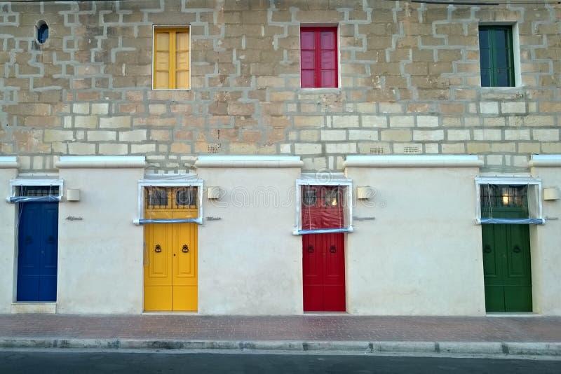 färgrika dörrar arkivfoton