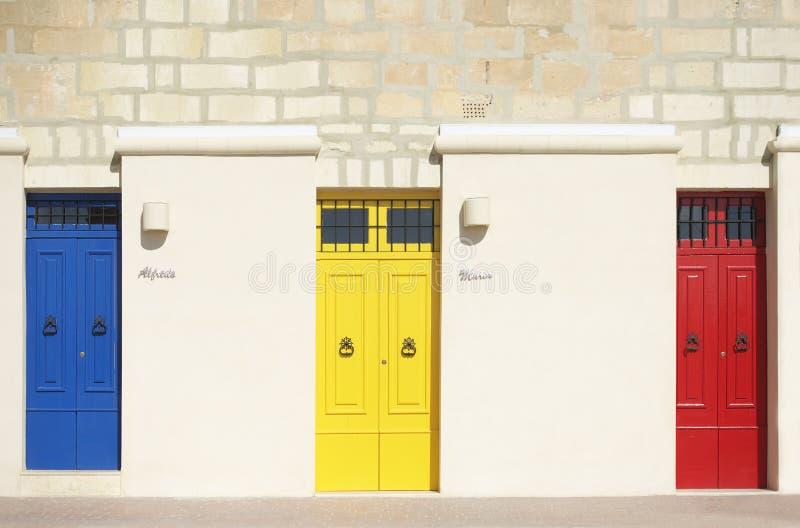 Färgrika dörrar i varm ljus bakgrund, yttersida, färgrik arkitektur i Malta royaltyfri bild
