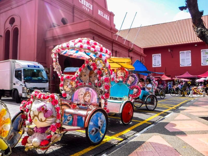 Färgrika dekorerade Trishaws i Melaka royaltyfri bild