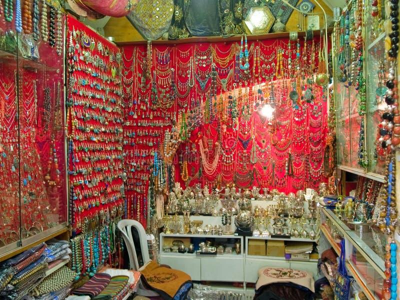 färgrika den orientaliska smyckenmarknaden shoppar arkivfoton