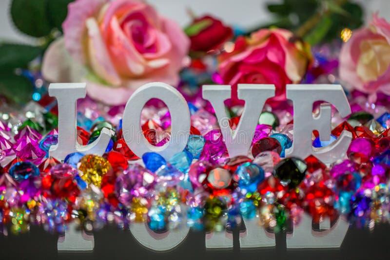 färgrika diamanter för vit insida för förälskelsebokstav arkivfoto