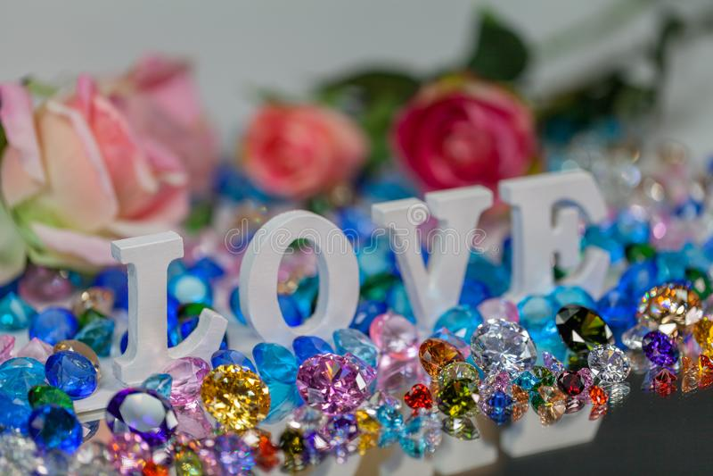 färgrika diamanter för vit insida för förälskelsebokstav royaltyfri bild