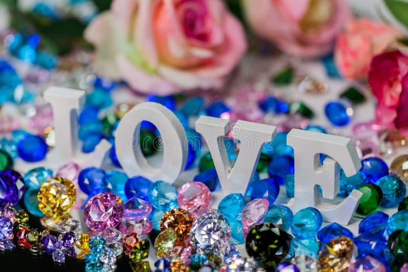 färgrika diamanter för vit insida för förälskelsebokstav royaltyfri fotografi