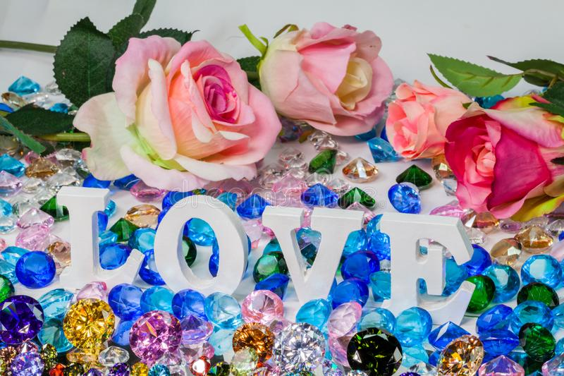 färgrika diamanter för vit insida för förälskelsebokstav royaltyfria foton