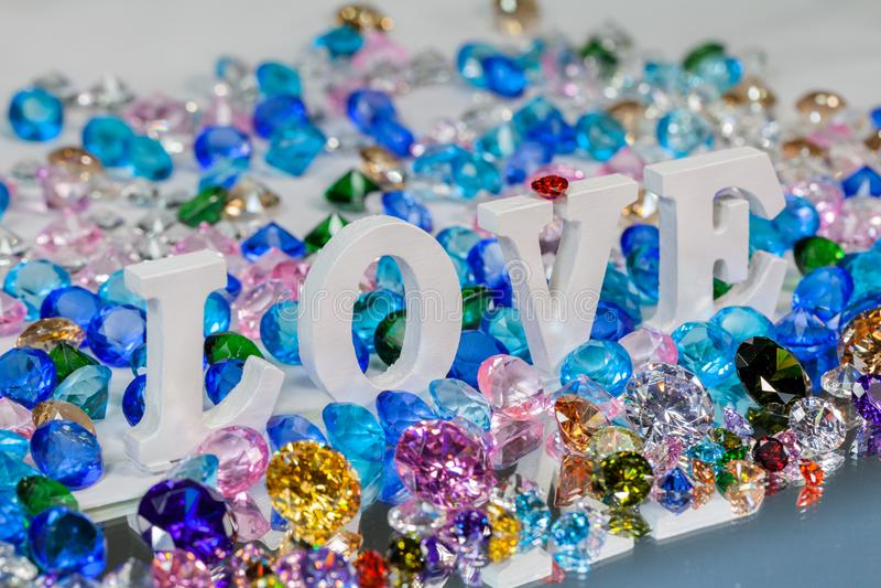 färgrika diamanter för vit insida för förälskelsebokstav arkivfoton