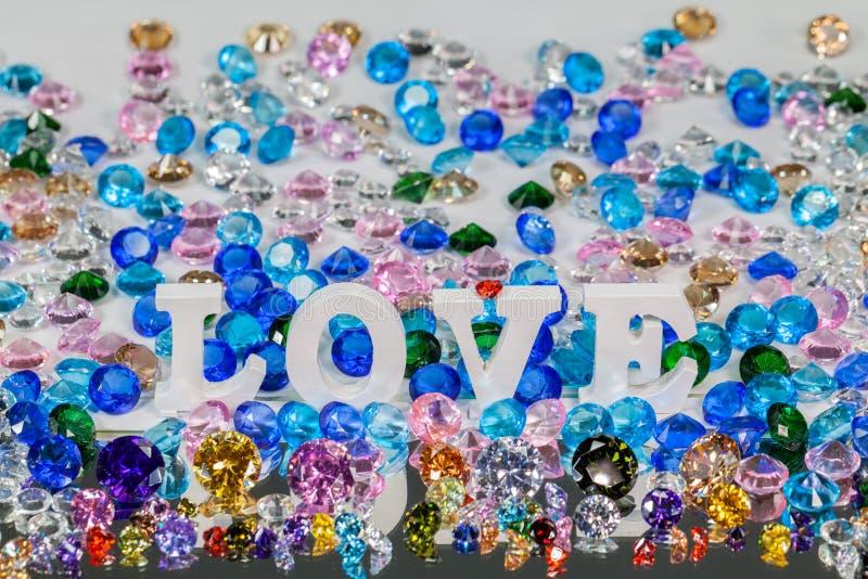 färgrika diamanter för vit insida för förälskelsebokstav royaltyfria bilder