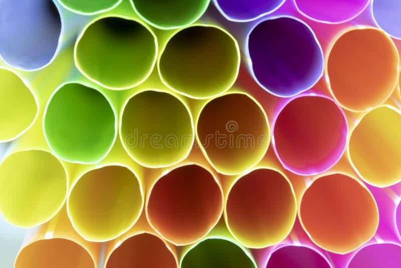 Färgrika dricka plast- sugrör royaltyfria foton