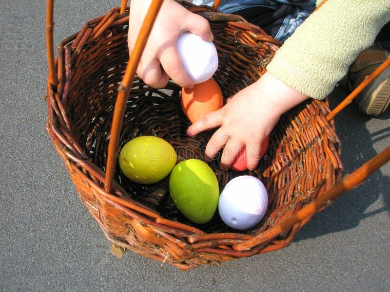 färgrika easter för korg ägg arkivbild