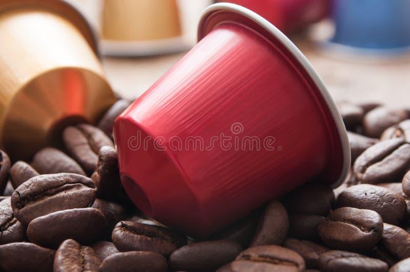 Färgrika espressokaffedoser med kaffebönor på arkivfoto