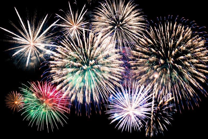 Färgrika explosioner av festliga fyrverkerier royaltyfri bild