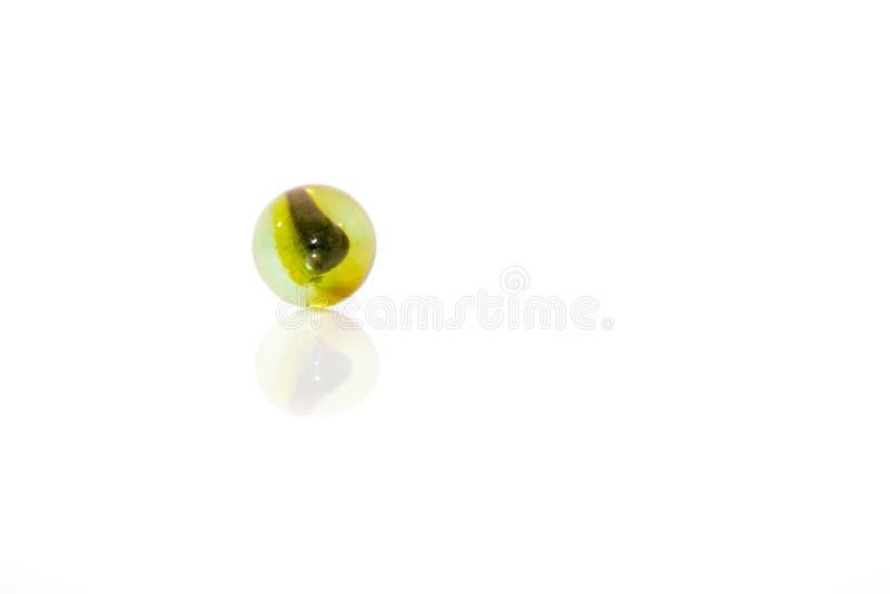 Färgrika exponeringsglasmarmor som isoleras på vit bakgrund arkivfoton