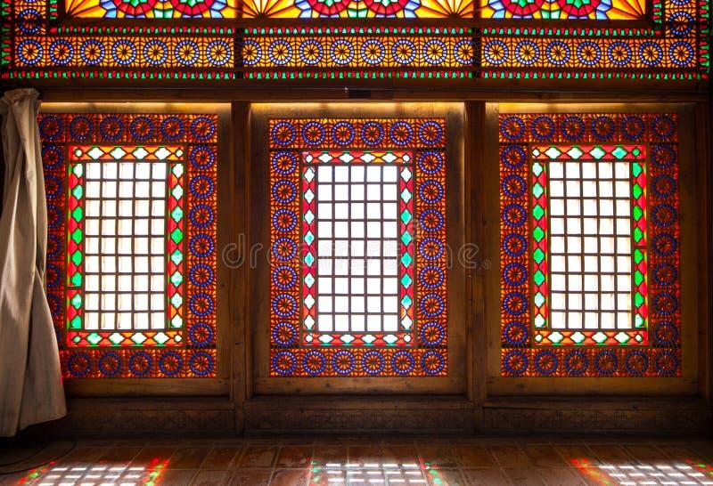 Färgrika fönsterramfönster i Argen-e Karim Khan Shiraz Iran royaltyfri bild