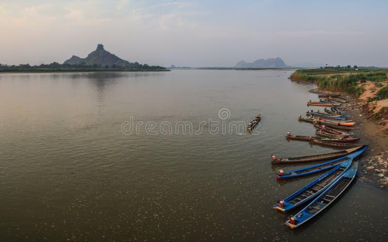 Färgrika fartyg för Thanlyin flod i Hpa-An, Karen State, Myanmar royaltyfri foto