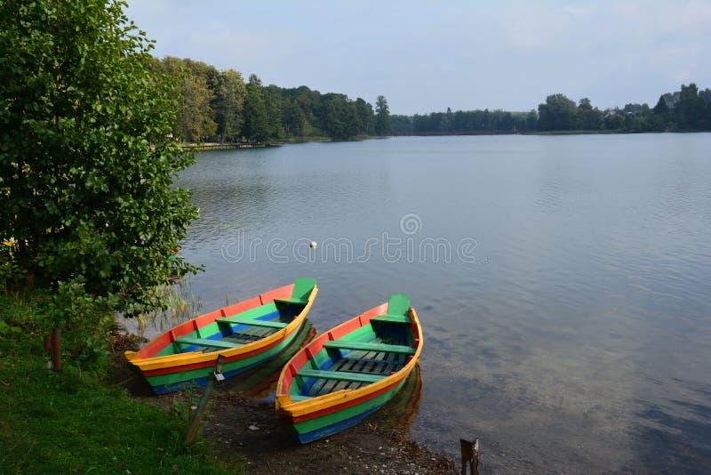 Färgrika fartyg på en sjö i Litauen nära Trakai royaltyfri bild