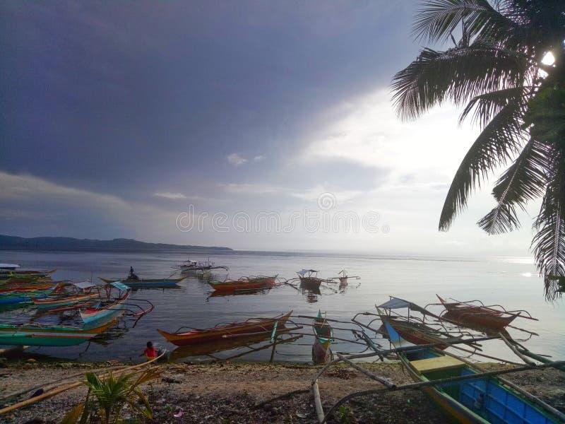 Färgrika fartyg på kusten royaltyfri fotografi