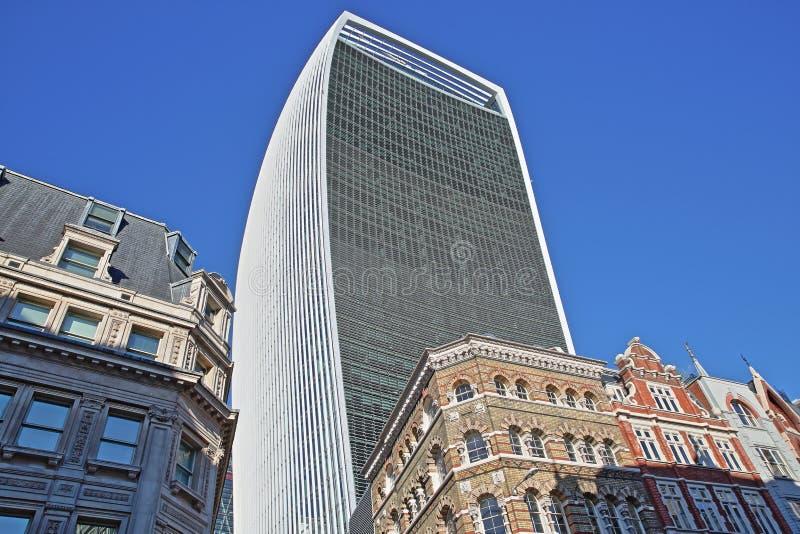 Färgrika fasader av byggnader på den Eastcheap gatan i det finansiella området av staden av London med gatan Walki för 20 Fenchur arkivfoton