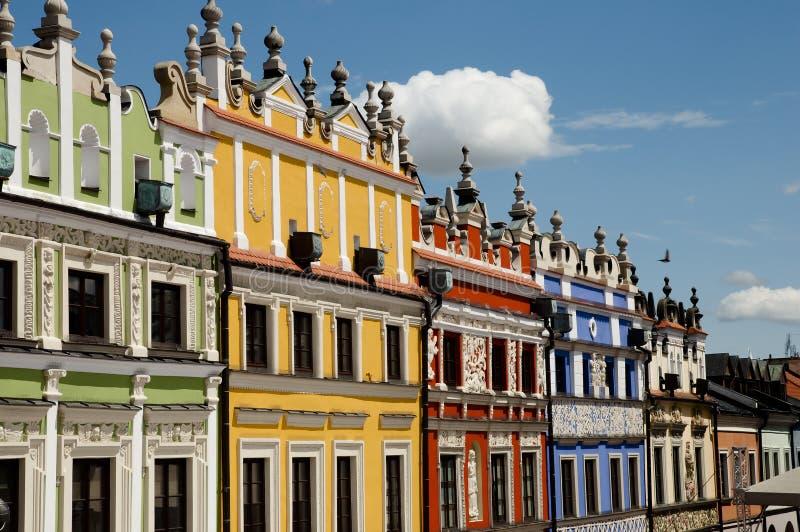Färgrika fasader - den Zamosc staden - Polen arkivbilder