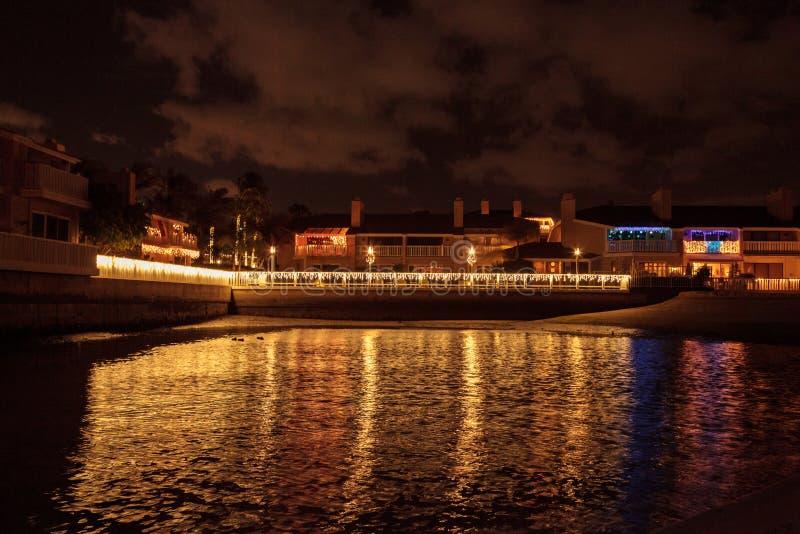 Färgrika ferieljus på segelbåtar arkivbilder