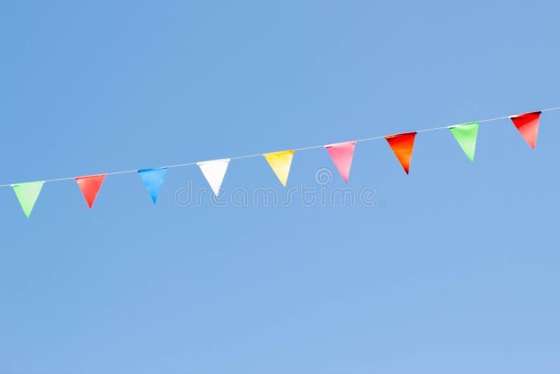 färgrika festliga buntingflaggor arkivfoto