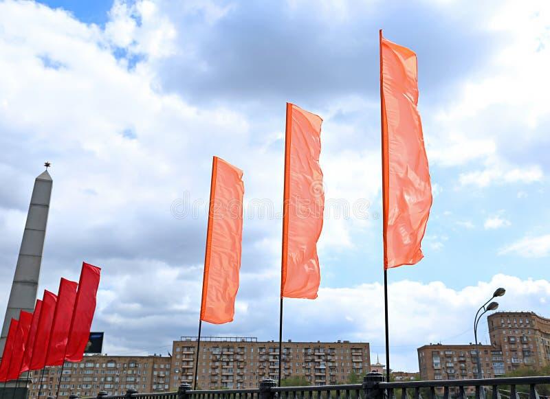 Färgrika festliga flaggor under en ferie arkivfoto