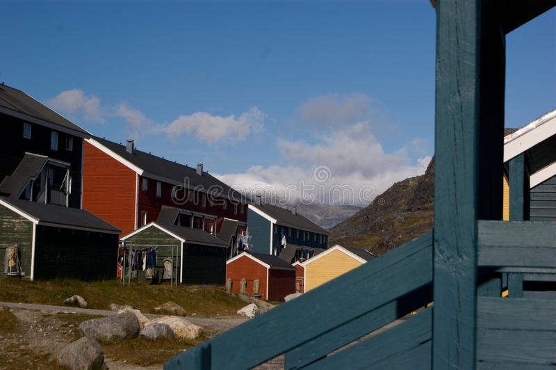 färgrika fiska greenland houses byn royaltyfri foto