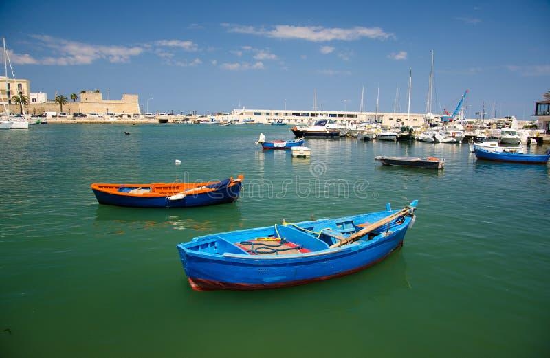 Färgrika fiskebåtar i hamn av den Bari staden, Puglia som är sydlig royaltyfri bild