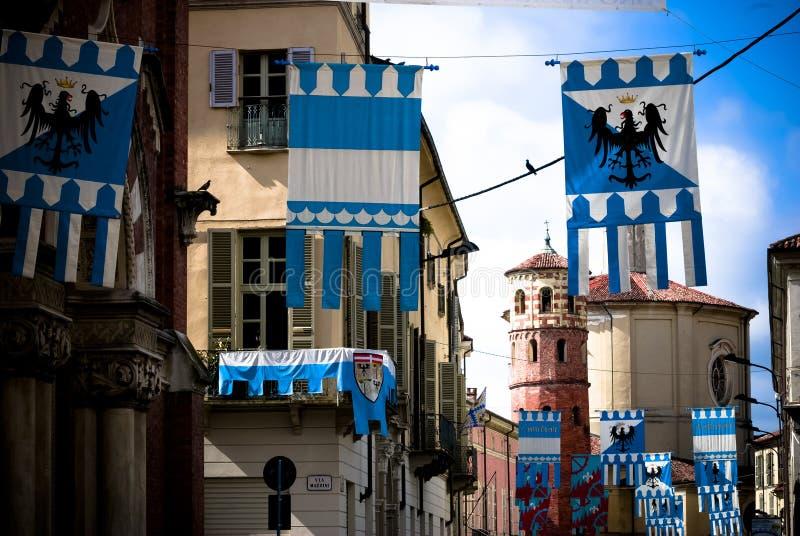 Färgrika flaggor dekorerade medeltida byggnader för den Palio hästkapplöpningen arkivfoto