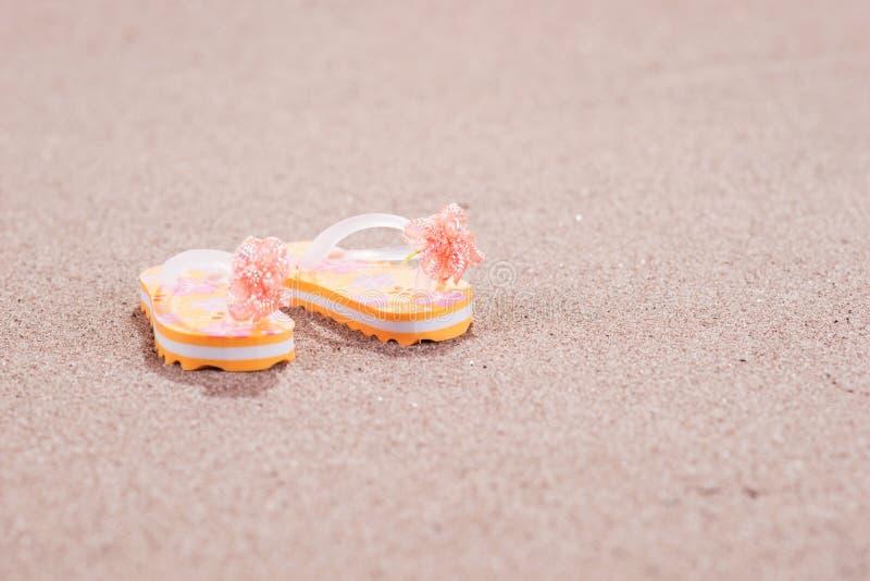 Färgrika flipmisslyckanden på den sandiga stranden royaltyfria foton