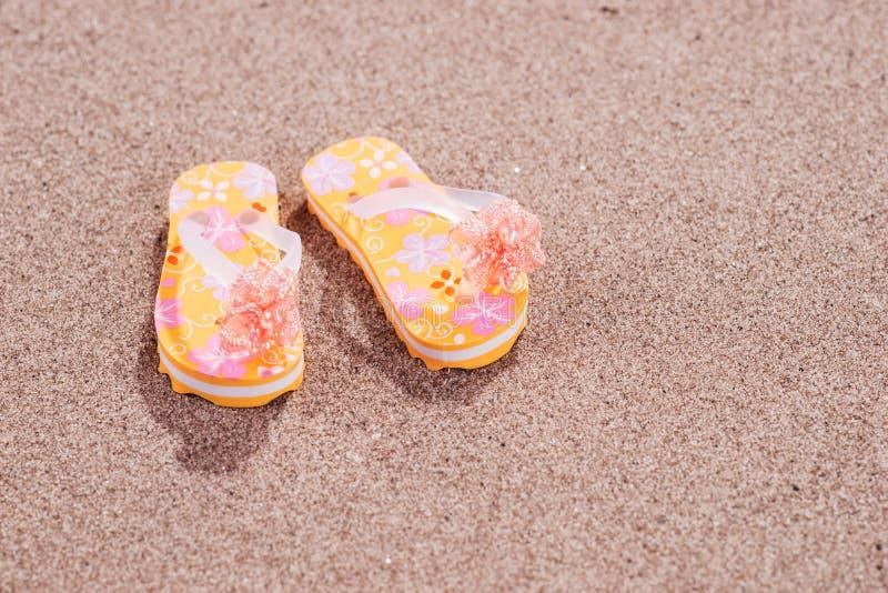 Färgrika flipmisslyckanden på den sandiga stranden arkivbilder