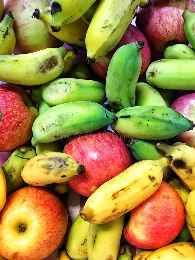 Färgrika frukter i korgen royaltyfri fotografi