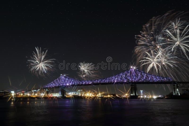 Färgrika fyrverkerier exploderar över bron Montreal's 375. årsdag lysande färgrika växelverkande Jacques C royaltyfria foton