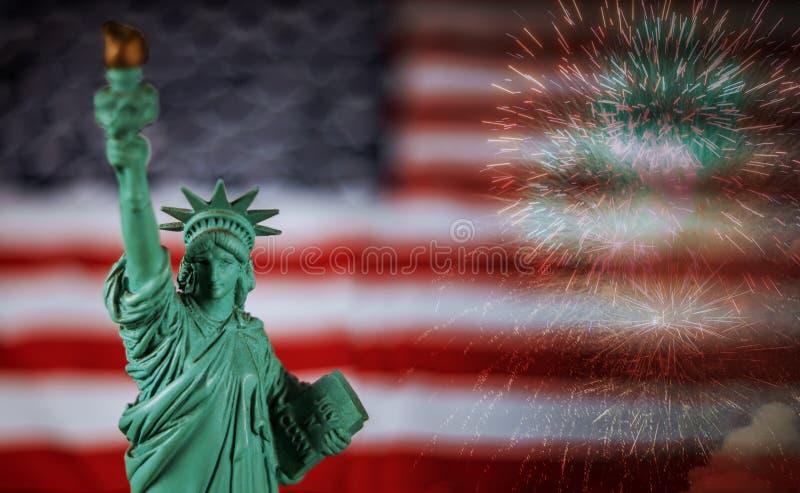Färgrika fyrverkerier med statyn av frihet och flaggan arkivbild