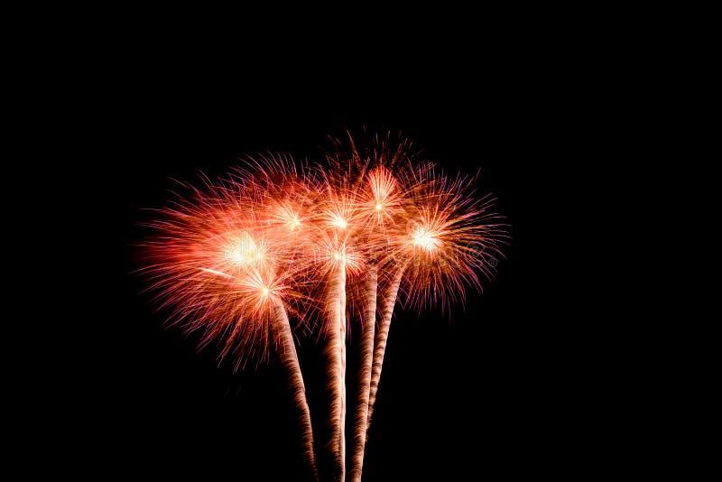 Färgrika fyrverkerier mot en svart natthimmel Fyrverkerier f?r nytt ?r fotografering för bildbyråer