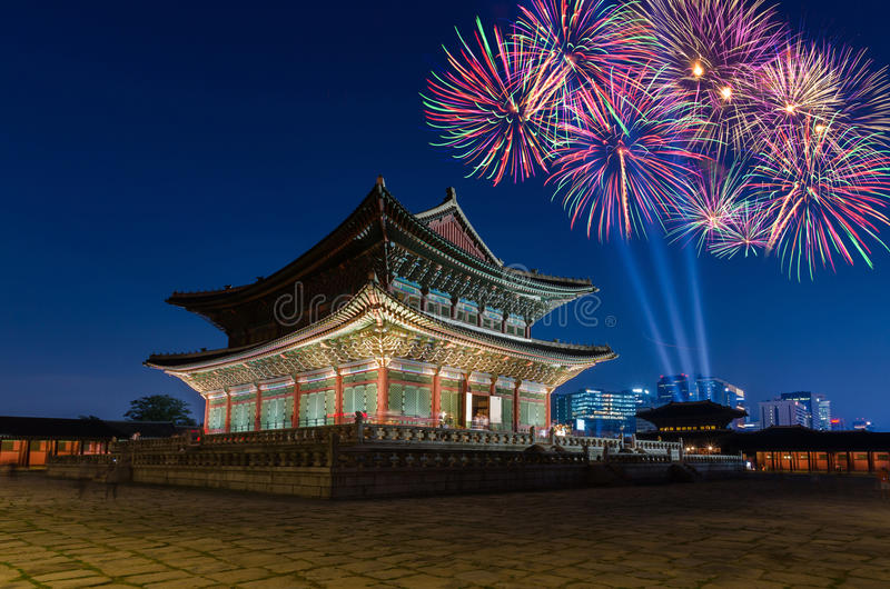 Färgrika fyrverkerier och Gyeongbokgung slott på natt i Seoul, S royaltyfria foton