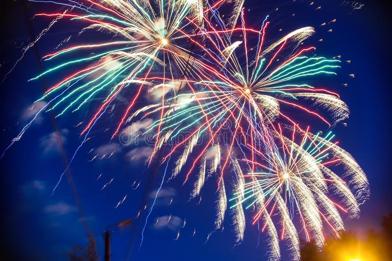 Färgrika fyrverkerier på bakgrundsnatthimmel Explosionerna av honnören från pyrotekniken arkivfoton