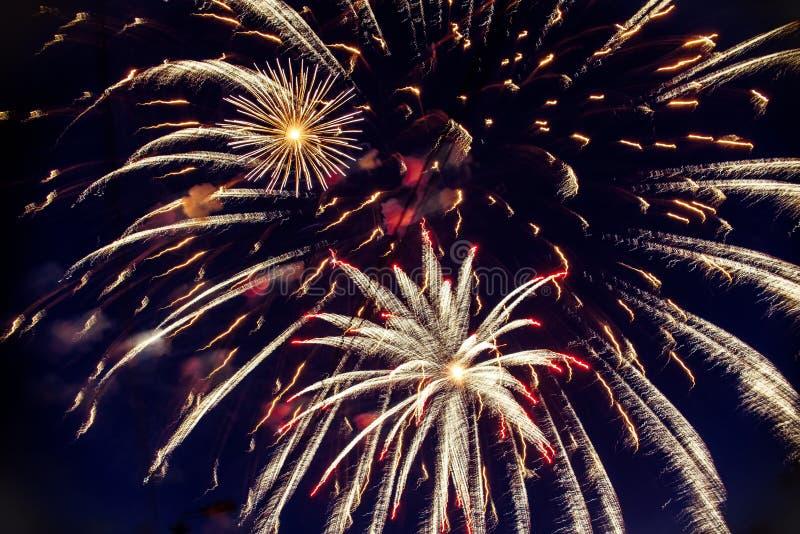 Färgrika fyrverkerier på natthimmel Explosioner av pyroteknik på festivalen arkivfoton