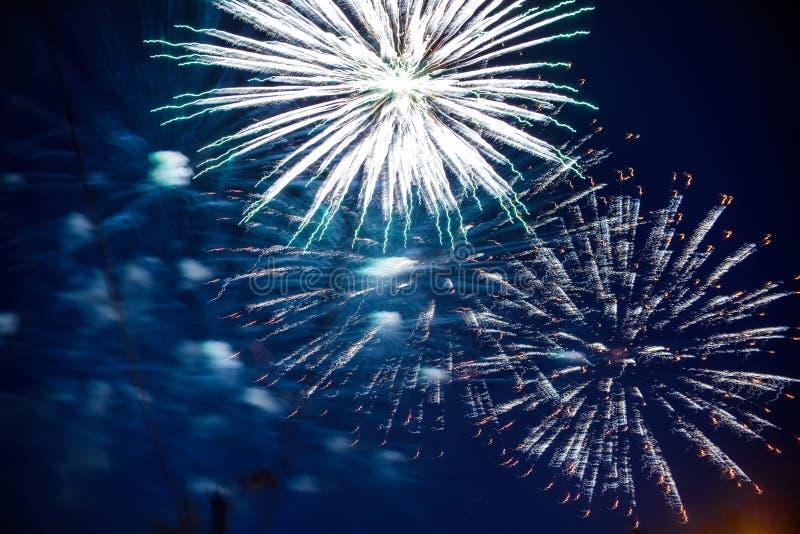 Färgrika fyrverkerier på natthimmel Explosioner av pyroteknik på festivalen arkivbild