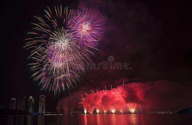 Färgrika fyrverkerier som är festliga mot mörk himmelbakgrund royaltyfri foto
