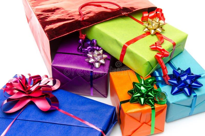Färgrika gåvaaskar med härliga pilbågar royaltyfri bild