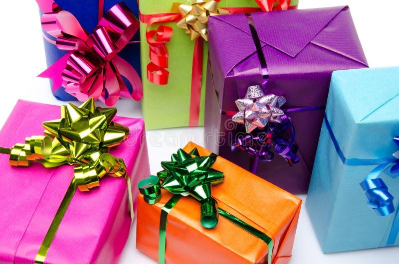 Färgrika gåvaaskar med härliga pilbågar royaltyfri foto
