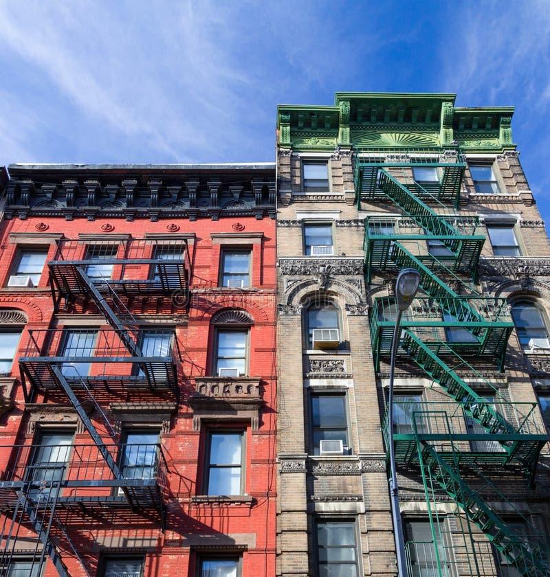 Färgrika gamla historiska hyreshusar med brandflykter i Manhattan New York City arkivbilder