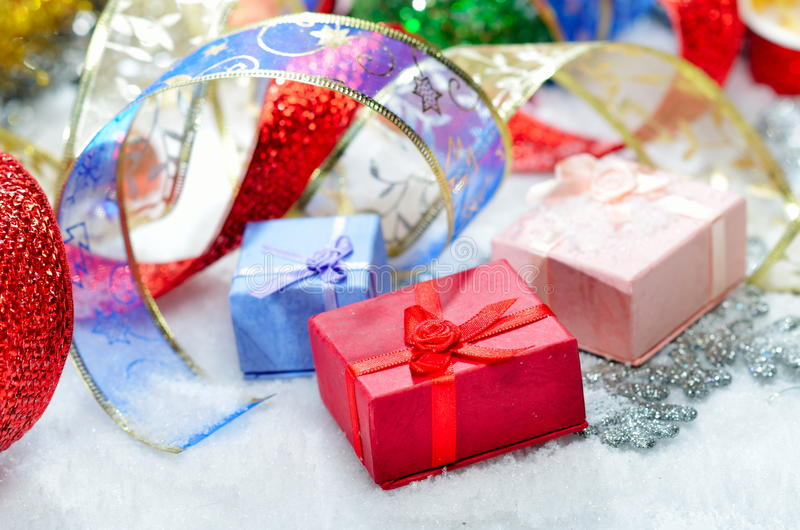 färgrika garneringar för jul royaltyfria bilder