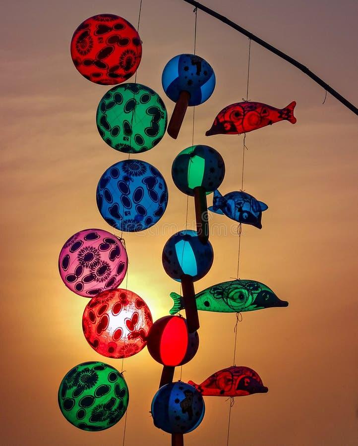 Färgrika genomskinliga bollar som är till salu på solnedgången Delhi Indien royaltyfri fotografi