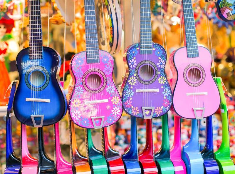 färgrika gitarrer arkivfoto
